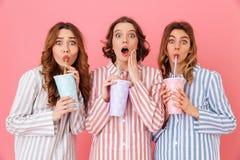 Tre freddo bevente d'uso castana dell'abbigliamento di svago delle ragazze 20s Fotografia Stock Libera da Diritti