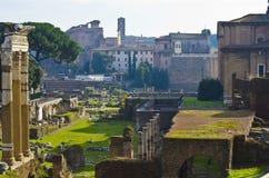 Tre gamla kolonner i Roman Forum i Rome Royaltyfri Fotografi
