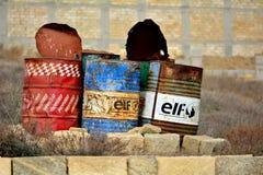 Tre gamla olje- trummor förutom Baku, huvudstad av Azerbajdzjan Arkivfoton