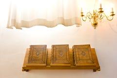 Tre gammala kyrkliga biblar Arkivfoton