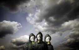 Tre gasmaskar Överlevnadtema royaltyfri bild