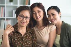 Tre generazioni delle donne immagine stock