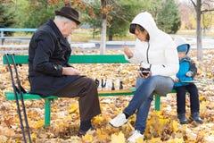 Tre generazioni di famiglia che gioca scacchi Fotografia Stock