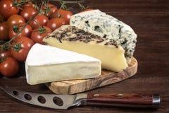 Tre generi di formaggio e di pomodori ciliegia Fotografia Stock