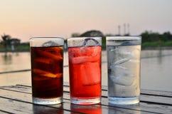 Tre generi di vetri di refresment sulla tavola fotografie stock