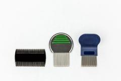 Tre generi differenti di pettini dei pidocchi lo studio ha sparato su fondo bianco con lo spazio della copia Immagine Stock