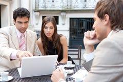 Gente di affari che si incontra in caffè. Fotografia Stock Libera da Diritti