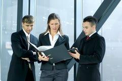 Tre genti di affari stanno lavorando in un ufficio immagini stock libere da diritti