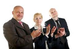 Tre genti di affari team la condizione in una fila e l'applauso Immagine Stock Libera da Diritti