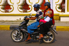 Tre genti sul motorino a Mandalay, Myanmar Immagini Stock