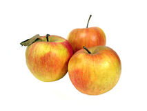 Tre gialli e mele rosse sopra priorità bassa bianca Immagini Stock Libere da Diritti