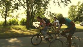 Tre giovani adulti divertendosi riciclaggio archivi video
