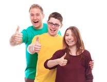 Tre giovani amici che mostrano segno GIUSTO Fotografia Stock Libera da Diritti