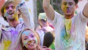 Tre giovani amici che vanno in giro al festival di musica all'aperto, dancing, movimento lento stock footage