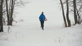 Tre giovani atleti che corrono nell'inverno all'aperto video d archivio