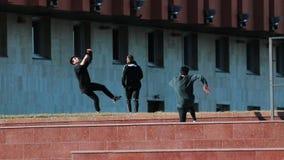 Tre giovani atletici dopo avere superato gli ostacoli che corrono in avanti archivi video
