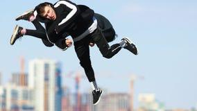 Tre giovani che fanno i trucchi acrobatici nell'aria Esecuzione del overbah stock footage