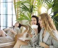 Tre giovani donne che bevono tè alla località di soggiorno di stazione termale Fotografia Stock