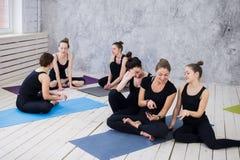 Tre giovani donne che fanno selfie dopo l'allenamento alla classe di yoga immagini stock libere da diritti