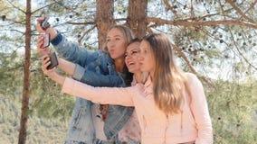 Tre giovani donne che prendono selfie con il telefono cellulare archivi video