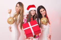 Tre giovani donne eleganti sulla nuova notte di San Silvestro Immagini Stock Libere da Diritti