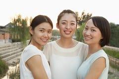 Tre giovani donne - ritratto fotografia stock libera da diritti