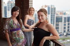 Tre giovani donne sul balcone della costruzione Immagini Stock Libere da Diritti