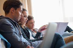 Tre giovani studenti che preparano per gli esami Fotografia Stock