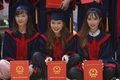 Tre giovani studenti con il loro diploma Immagini Stock Libere da Diritti