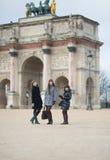 Tre glade flickor tillsammans i Paris Fotografering för Bildbyråer