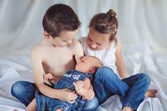 Tre gladlynta syskon fotografering för bildbyråer