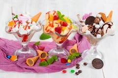 Tre glassar i glass koppar royaltyfri fotografi