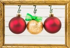 Tre globi di Natale che appendono sulla struttura della foto Fotografie Stock