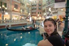 Tre 3 gondoler på inre macau för vatten venetian unrecognisable folk reser semesterorten Arkivfoto