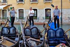 Tre gondoljärer på deras gondoler Royaltyfri Fotografi