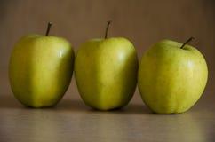 Tre gröna äpplen Royaltyfri Fotografi
