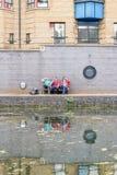 Tre grabbar som pratar nära kanalen royaltyfri foto