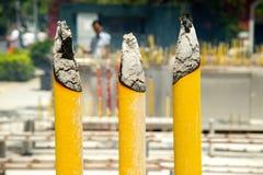 Tre grandi candele buddisti gialle che bruciano nel Po Lin Monastery, isola di Lantau, Hong Kong, Cina fotografia stock libera da diritti