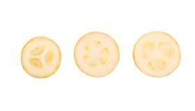 Tre gula zucchinistycken Färgrik och healthful mogen zucchini som isoleras på en vit bakgrund En ljus zucchini för snitt fotografering för bildbyråer