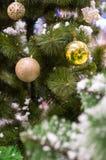Tre guld- julstruntsaker på en trädfrunch Royaltyfri Fotografi
