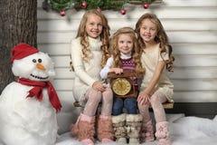 Tre gulliga flickor som väntar på jul Royaltyfria Bilder