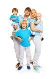 Tre gulliga ungar med lyckliga föräldrar arkivfoton