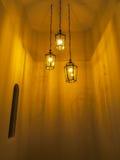 Tre hängande ljus i en ensam korridor Arkivbilder