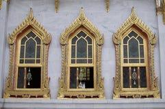 Tre härliga fönster av Wat Bechamabophit i Bangkok arkivfoto