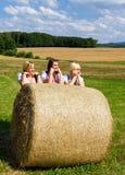 Tre härliga flickor i Dirndl Arkivfoto