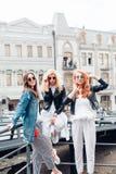 Tre härliga flickor på gatan Royaltyfri Bild