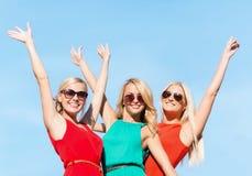 Tre härliga kvinnor utomhus Arkivfoton