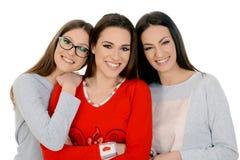 Tre härliga lyckliga flickor på sleepover i deras pejamas Arkivbilder