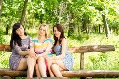 Tre härliga unga kvinnliga vänner Royaltyfri Foto