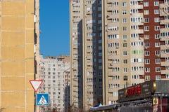 Tre höghus som står en och en royaltyfria bilder